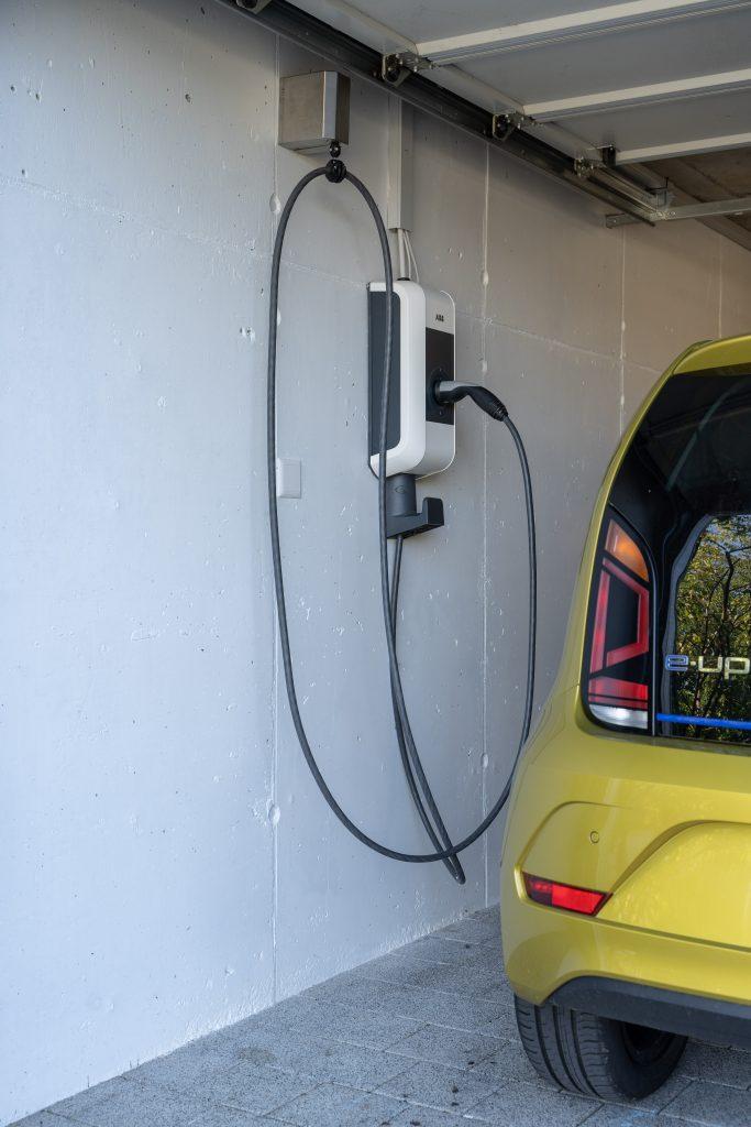 Die Wallbox Kabelhalterung mit eingezogenem Ladekabel